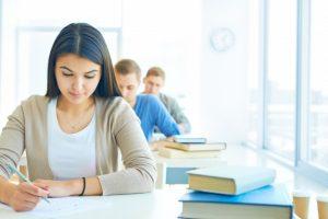 rangee-etudiants-faisant-examen_1098-174