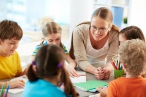 enseignant-bonne-ecoute-ses-eleves_1098-2801